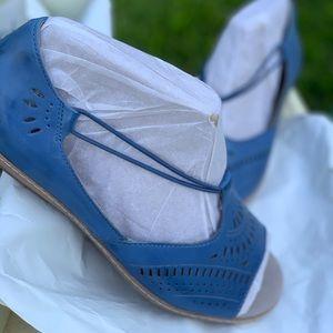 Earth brand flat sandals